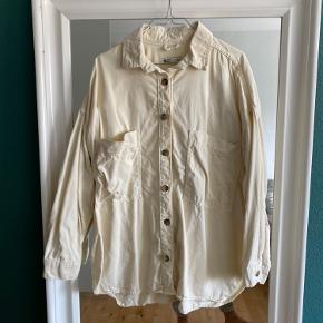 Denim oversize skjorte i str S, kun brugt få gange. Den fejler intet andet end at den trænger til at blive strøget engang ☺️