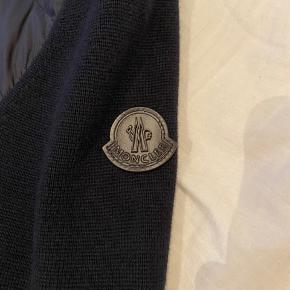 Der er intet galt med jakken OVERHOVED. Den er gået med 3-4 gange, og er købt Maj 2020 Sælger den pga. Den er lidt for lille :(  Alt OG haves  Købt i bogart Køge