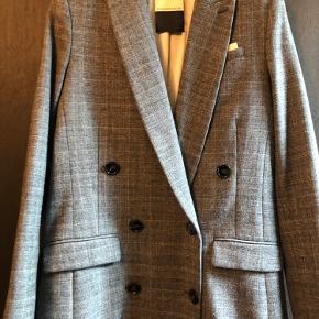 Smuk blazer fra By Malene Birger med dobbelt knapper.  Nypris 2899, sælges for 500kr
