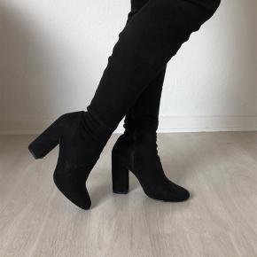 Overknee støvler i sort velour.