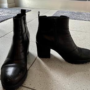 Sorte vagabond støvler med lynlås i siden. Der er lidt slid på snuden af den ene sko. Se billede.