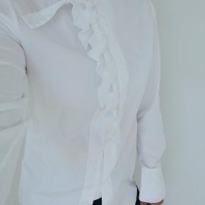 Hvid Phillip Lim skjorte med fin fælse på brystet str. 2, svare til en small. Brugt få gange så fejler intet.