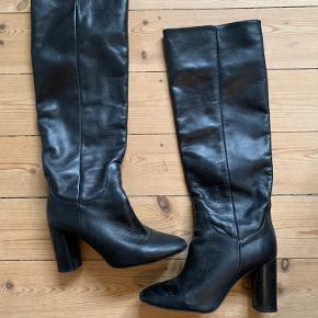 Knæstøvler fra Zara i læder - jeg har gået med dem 3-4 gange, men synes de er i rigtig pæn stand.