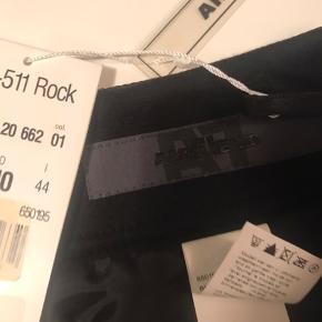 Super smart nederdel fra AIRFIELD i sort og med sølv simlinsten som logo  og to grove sølv lynlåse som sidder til pynt modsat :-) 100 % polyamid/nylon.  Måler ca 44 cm i længden og ca 42 cm i liv ( målt øverst i taljen )  Tags/pris sidder stadig på - 100 % ok