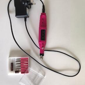 Elektrisk Neglefil - Pink Variable Speed er effektiv i drift med mulighed for skift mellem at køre frem og tilbage FWD/REV. Du sparer en masse tid og håndkraft. Den elektriske fil fjerner let overgangen fra tipper, kan let file overflader, og ikke mindst kan du med shine og en poleringsbuffer lave en skindende blank overflade, som er langtidsholdbart. Denne elektriske filemaskine er ideel til dig der laver negle hjemme.   80 – 100 Grit. Er en grov fil. 150 – 180 Grit. Er en medium fil. 180 – 280 Grit. Er en polerings fil.   Jo flere grit  ( sandkorn ) der er pr. kvadrat cm  – jo finere er filen. Sælges for 250kr pp
