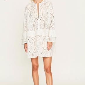 Smuk og hurtigt udsolgt Ganni Anglaise kjole sælges. Sælges fast til 1750kr afhentet eller plus 38kr i DAO porto.