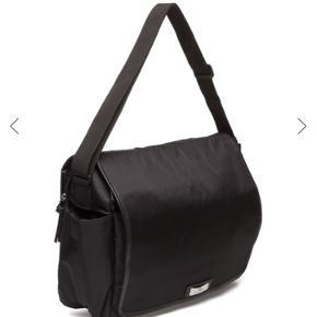 Sælger denne skulder/pusletaske. Den er brugt 1 gang. Perfekt stand.   Tasken er meget rumlig og fungerer også som studietaske.  Nypris: 700 kr