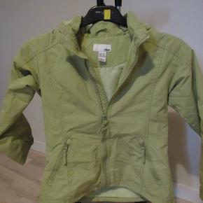 Sød og enkel jakke i en flot limegrøn farve. Str 8-9 år fra H&M. Hætten er aftagelig.  Materialet er let vandafvisende 100% Polyester.  Prisen er ex. porto.  Se også mine over 100 andre annoncer med bl.a. dame-herre-børne og fodtøj