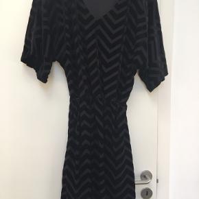 Rigtig fin sort kjole med velour striber...elastik i taljen..