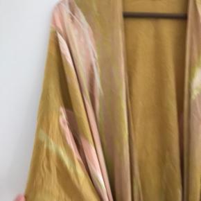 Helt ny og ubrugt kimono i håndfarvet og håndlavet blød rayon fra Bali.  Intet mærke købt i Fairtrade butik.  One size.