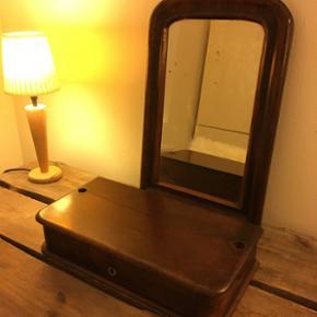 Flot gammelt spejl med tilhørende skuffe. Sidder ikke sammen og kan bruges hver for sig. Sælges for 200kr pr stk eller 350 kr for begge to. Spejl har højde 53cm og bredde 33 cm og skuffen er 44cm i længden, bredde 21,5 cm og højde 9cm