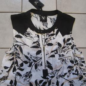 Smuk bluse fra Staff Nü med lækre detaljer.