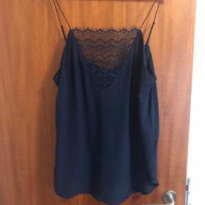 Custommade top.  Model: Elvira Mørkeblå  100% silke
