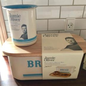 Jamie Oliver brødkasse med bambuslåg, der kan bruges som skærebræt.   Nypris 699,95.   Kan afhentes i Esbjerg/Holsted/Odense efter aftale :)  Mp 300,-