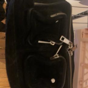 I perfekt tilstand kom med bud, bliver desværre aldrig brugt mere men var en god taske.  Y2k vintage taske