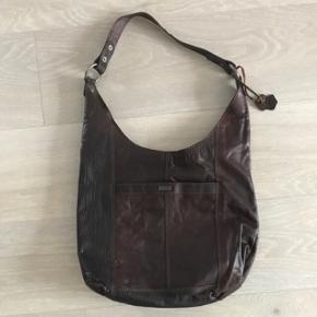 Lækker taske fra Spikes & Sparrow brun læder. Aldrig brugt. Købt i Neye.  Ny pris kr 1599,-     6700/Rørkjær - bytter ikke
