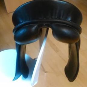 """Super dejlig sort sadel fra Passier. Str. 17"""". Brugt til lidt spring og dressur. Ældre model. Velholdt. Måske en idé til en julegave."""