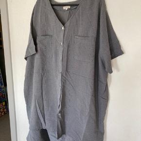 Fint bluse/nederdel sæt i mrk Ozone Bluse ved bryst: 2x75 Længde: 80 cm  Nederdel i livet: 100 cm og kan strækkes til 130 cm. Længde: 86 cm