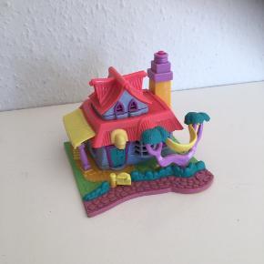 Polly pocket hus mellemstørrelse  Har terrasse der kan poppe op samt spa og wellness-rum på 2.sal - også til at åbne   Fin stand uden dukker  Sender gerne   Samlerobjekt