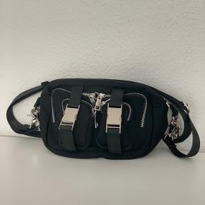 """Super fin taske fra Núnoo. Tasken er næsten aldrig brugt, da jeg har fået en ny i mellemtiden. Til tasken medfører to remme, den ene i """"skulder-længde"""" og den anden en justerbar rem, så den kan bruges som crossbody taske. Tasken indeholder masser af plads, har ingen ridser eller brugsspor."""