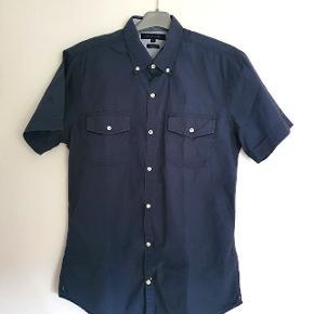 Lækker kortærmet slimfit sommerskjorte i meget fin stand. Lille i størrelsen og er nok snarere en M (38/40).