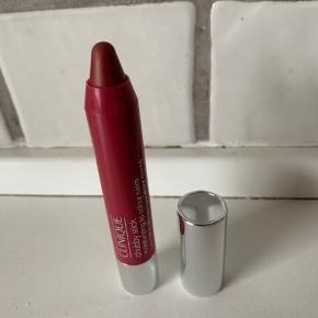 💋Lækker læbestift/læbebalsam/lipgloss💋 Mega fed farve, som kan bruges året rundt 💋  Har 2 stk 💋  Ny/fullsize  Tjek også mine andre produkter 🤩