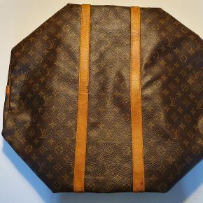 Sælger denne lækre Louis Vuitton keepall 50.  Der er en del mindre flaws derfor sælges den til steal! Blandt andet 2 små huller i hjørnet og der er en plet inde i tasken :-) Har ikke navneskilt eller skulder stroppen  Tager i mod bud over 1500.-