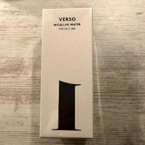 Brand: Verso Varetype: Micellar water Størrelse: 200 ml Farve: Ukendt Oprindelig købspris: 300 kr. Prisen angivet er inklusiv forsendelse.  Aldrig brugt og stadig plomberet. Bytter ikke :)