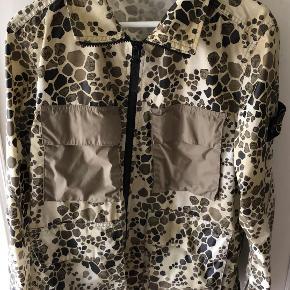 Sælger denne Stone island jakke fra alligator camo collection. Den er dog desværre lidt for stor, da jeg normalt bruger small. Derfor sælger jeg den.  Den er købt i le-fix for 4500, og den står som helt ny og ubrugt. Skriv for mere info
