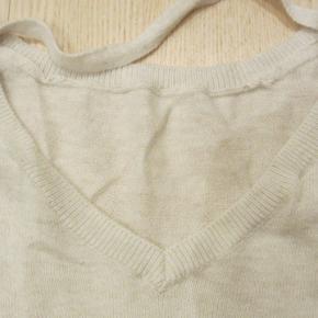 STR. 146/152. Rigtig sød og yderst velholdt bluse, der kun har været brugt en enkelt gang. Der er tyl/blondekant forneden. Meget blød og yderst elastisk kvalitet i 60% bomuld & 40% viscose.  Porto: 37 kr. sendt som pakke uden omdeling med DAO.  Jeg har tøj til både baby, piger, drenge, kvinder og mænd i stort set alle størrelser. Send mig blot din mailadresse, og skriv hvilke størrelser du søger. Så sender jeg en mail retur med billeder/beskrivelser/priser.