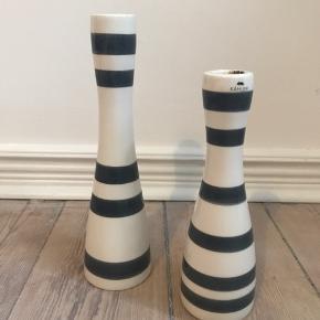 Kähler lysestager med grå striber.  20 cm og 25 cm høj.   Sælges samlet for 200 kr.   Kan afhentes i Aarhus C - eller sendes med dao mod betaling af porto.