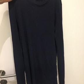 Sælger bluserne på de to sidste billeder. Er svært ordentligt at se farverne på er billede, men de er Navy og Olive Green. Farven på billede 1 demonstrerer den fine Navy blå farve. Prisen er 60 kr pr stk eller begge for 100 kr.