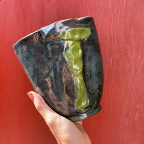 Håndlavet keramik vase 🌱  Cirka 14,5 cm høj, 14,5 cm lang og 11 cm bred 📏