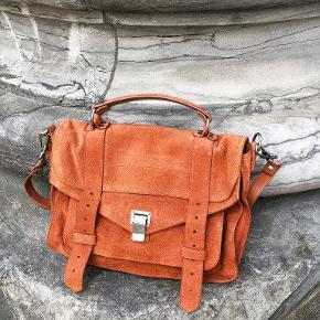 Proenza Schouler PS1 medium 🌸 Denne populære model er i den flotteste rust/orange farve i ruskind. Den er i flot stand med minimale tegn på brug (se bagsiden). Kommer med dustbag, tags mm. Perfekt crossbody taske til hverdagens mange gøremål.  Nypris: 12.500
