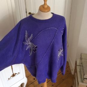 Smuk lilla sweater med flagermusærmer, batwing ærmer og broderi og perler Str M  Sendes med DAO. Kan evt afhentes i Kbh K ved forudbetaling.
