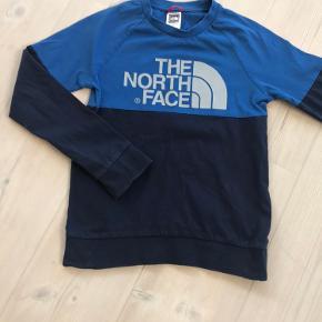 Trøje i to forskellige blå med gråt North Face tryk. Børne Str. M/M. Købt for lille.