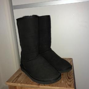 Sælger disse UGG støvler for min mor da de er for store. Np var 2400 str 39   Byd endelig  Sender med dao