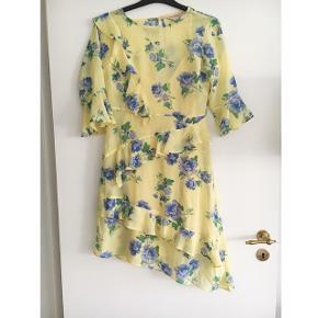 Smukkeste asymetriske kjole, købt på Asos. Brugt en enkelt gang til et bryllup, og er så god som ny.  Byd endelig :-)