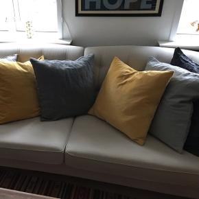 NEDSAT! Skal af med den pga pladsmangel... Fin sandfarvet sofa med knapper i ryggen og messinghjul på de to forreste ben. Lidt ala Chesterfield. Sofaen er fast i fyldet. Virkelig god siddekomfort. Mål: Cirka 2,10m lang inkl armlæn, ca. 87cm dyb og ca. 80cm høj i ryggen. Siddehøjde er 43cm. Har lidt pletter, som ikke er forsøgt fjernet. Hyndebetrækket kan vaskes. Fra ikke-ryger hjem. Købt i Ilva. Hentes i Fredericia.