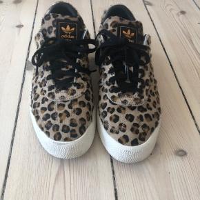 Fine sneaks i leopard - brugt begrænset, og er derfor i virkelig fin stand.  Str. 40 (uk: 6,5, us: 8)  Model: Sambrose  Bytter ikke!