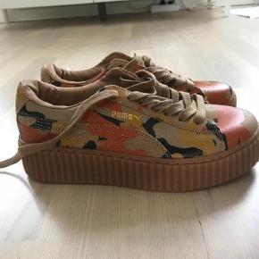 Varetype: Sneakers Farve: Brune Oprindelig købspris: 1400 kr.  RIHANNA X PUMA Sneakers.  Nye  Mp 450pp  Bytter ikke  Handel via ts betaler køber de 5% i gebyr