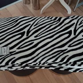 Helt nyt blødt zebra sengetæppe i 150 x 200 cm. Fra Zalando  Prisen er fast.