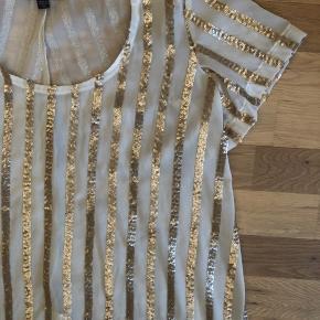 fineste bluse med palietter, fra Australien.  jeg bytter ikke, men tjek gerne mine andre annoncer. ved interesse ved flere ting, så finde vi en fin samlet pris. ☀️