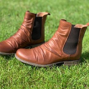 Sixmix læderstøvler med blød stødabsorberende sål. Brugt få gange og er som nye. Nypris var 600,-