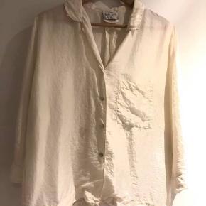 Lille fedt plet foran.  Kan sikkert fjernes ved rensning  Virkelig smuk skjorte.  Brugt 3 gange.  Stor i størrelsen  Ny pris 2800,-