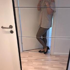 Varetype: Helt sæt Størrelse: M Farve: Lys Beige,Brunlig  Super flotte og virkelig behagelige leggings.Aldrig brugt. Flot overdel passer super godt til - sælges. Pæn men brugt.