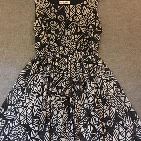 Smuk kjole med asymmetrisk print i sort hvid. God kvalitet. Perfekt til sommerens fester 🌸 Den er en størrelse 38, men jeg ligger størrelsesmæssigt mellem 38-40 og kan sagtens passe den. Jeg er 171 cm høj og den går mig ca. en knytnæves længde over knæet.