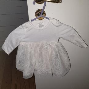 Til pige. En rigtig fin hvid kjole med indbygget bodystock. fejler ingenting Er brugt en gang. 40 kr.Jeg sender men kun hvis i betaler for fragt.