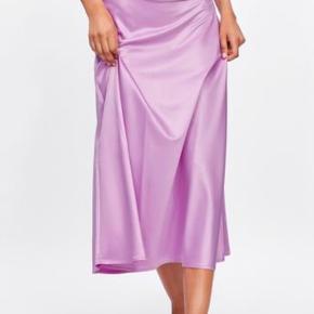 Sælger min nederdel fra Zara. Enkelte pletter, som ses på billeder e, ellers er den i fin stand. Prisen er sat herefter