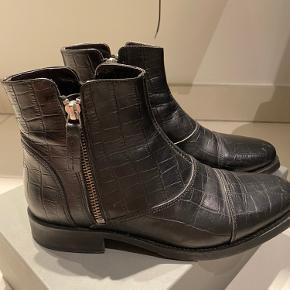 Sælger disse Billi bi 7912 støvler, brugt i en kort periode. Ikke det største tegn på slid, men en lille smule på snuden.